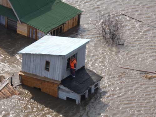 Спасение людей из подтопленных территорий.