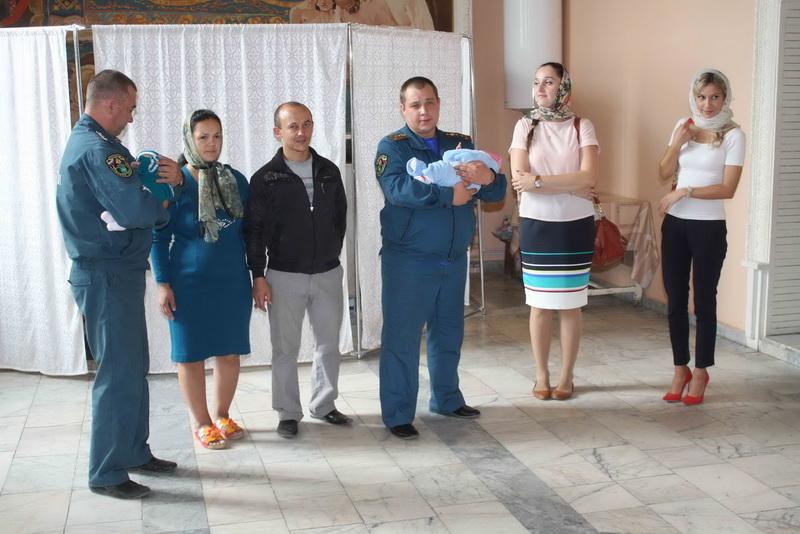 Сотрудники Главного управления МЧС России по Томской области стали крестными для двоих украинских малышей
