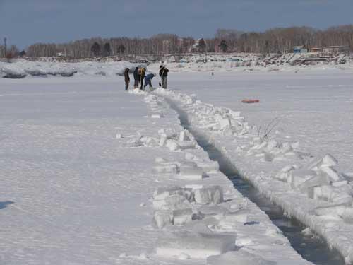 Распиловка льда в черте Северска.
