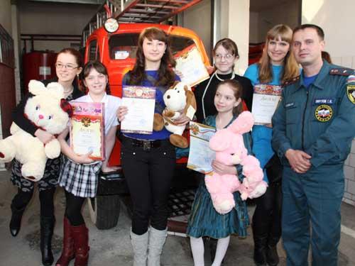"""Награждение детей за участие в конкурсе """"Телефон спасения - 01"""" в музее пожарной охраны."""