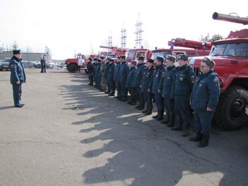 Занятия пожарных по забору воды из открытого источника