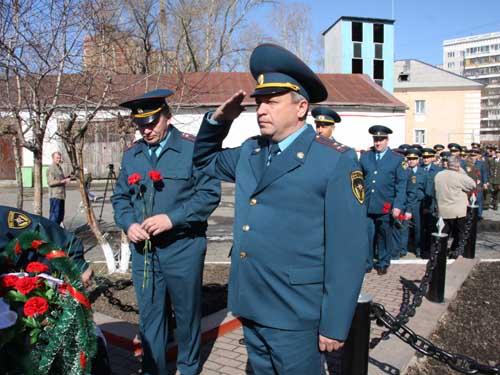 Возложение венков пожарным, погибшим при исполнении служебного долга.