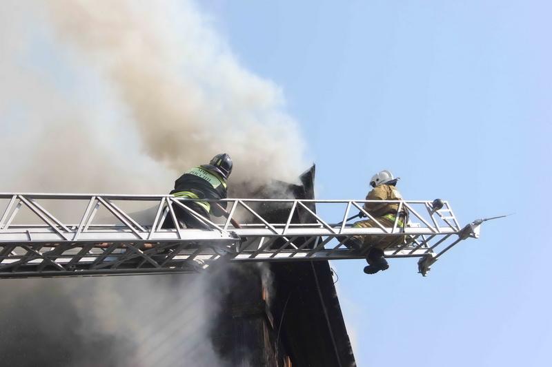 Пожар в неэксплуатируемом бревенчатом здании на ул. Крылова, 8