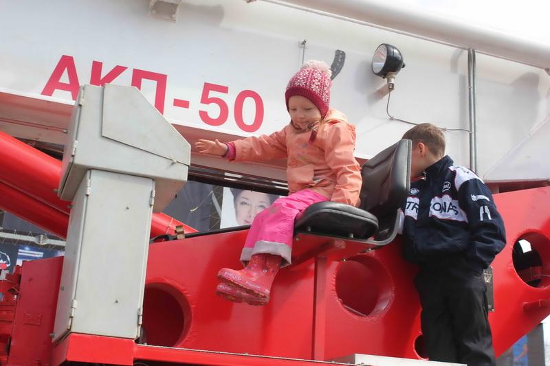 Парад пожарной техники и праздник у Дворца спорта, приуроченные к 365-летию со дня образования пожарной охраны России
