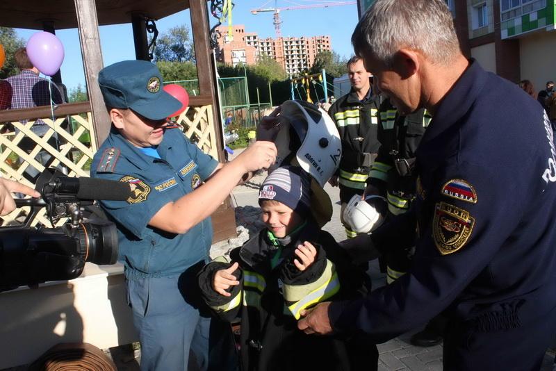 Праздник безопасности во дворе дома по ул. Тверской