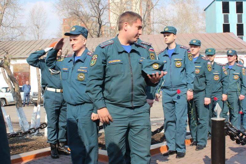 Возложение венков к памятнику пожарным, погибшим при исполнении служебного долга