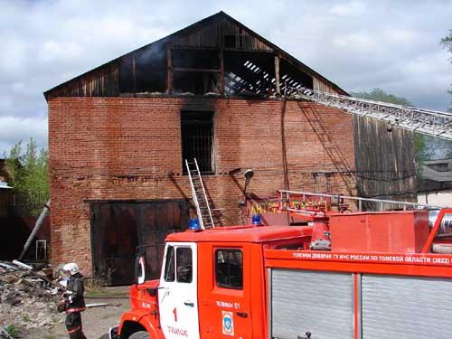 Пожар в неэксплуатируемом здании на ул. Тимакова