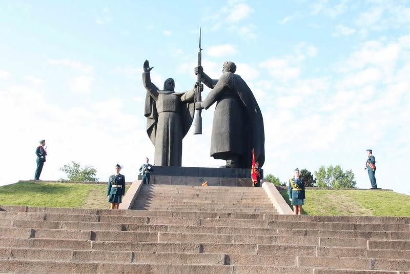 Возложение цветов и венков к Мемориалу боевой и трудовой славы в Лагерном саду и памятнику на Южном кладбище