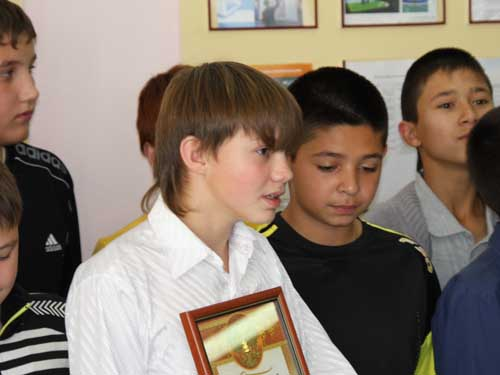 Награждение учащегося школы №16 Андрея Беренды за спасение тонущего друга.