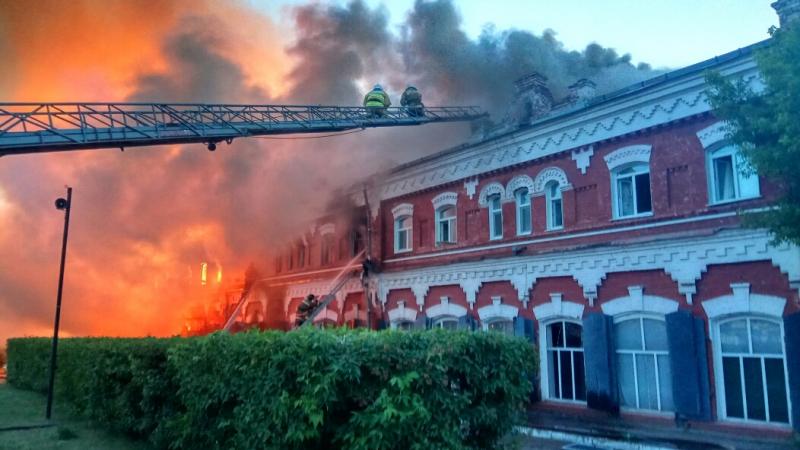 Сотрудники МЧС на пожаре в Канске спасли трех человек