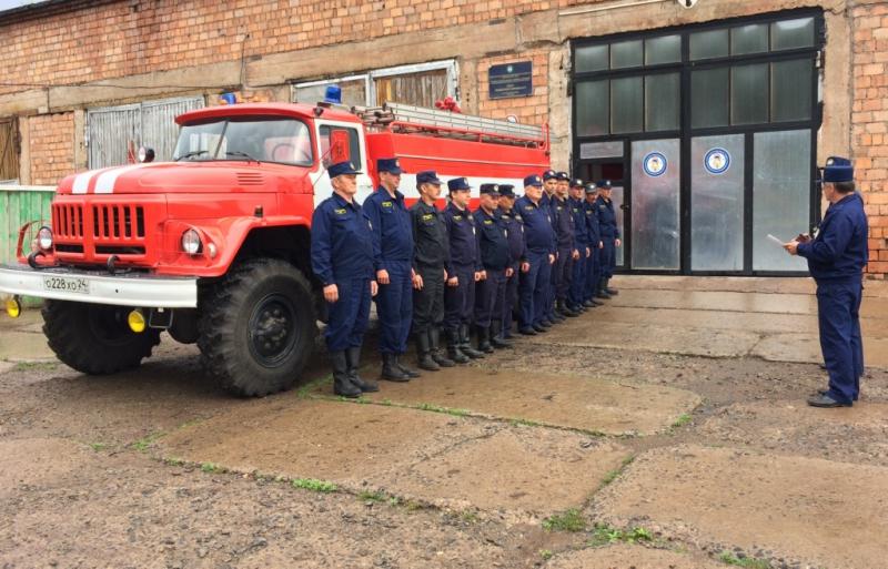 Пожарные Шарыповского района награждены нагрудными знаками «За отличие» за спасение людей на льду