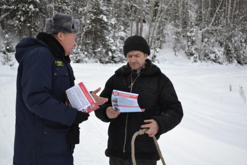 В районах края продолжается распространение памяток по гражданской обороне и действиям в чрезвычайных ситуациях.