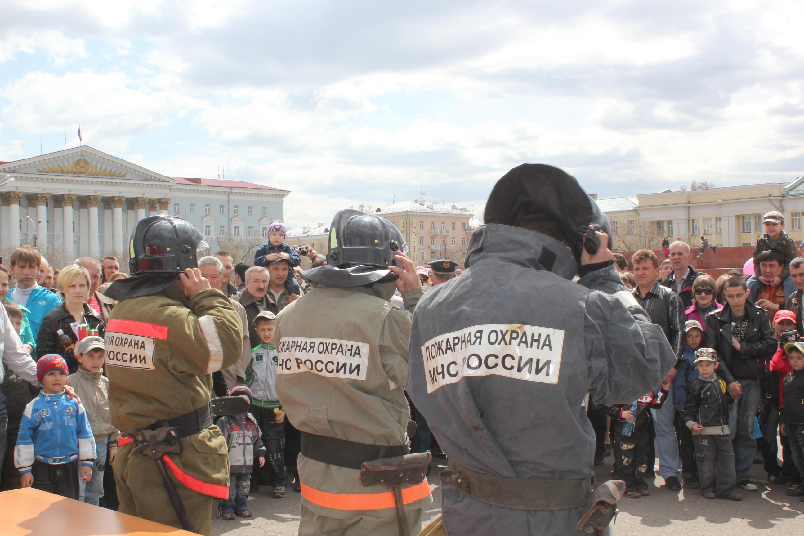 Показное выступление пожарной техники 30 апреля на площади Ленина