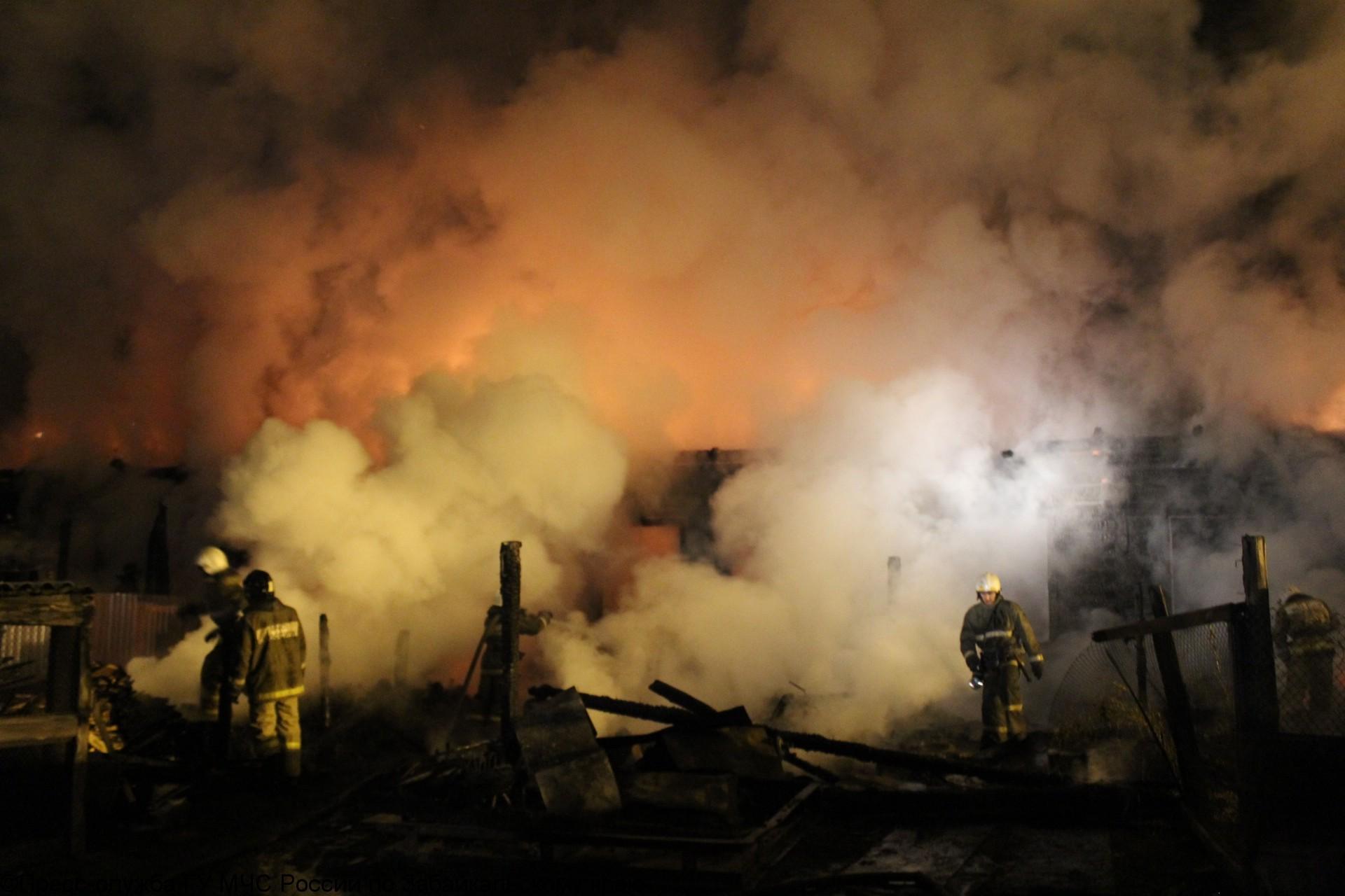 Тушение пожара жилого многоквартирного дома в поселке Кадара. г. Чита, 12.11.2013.