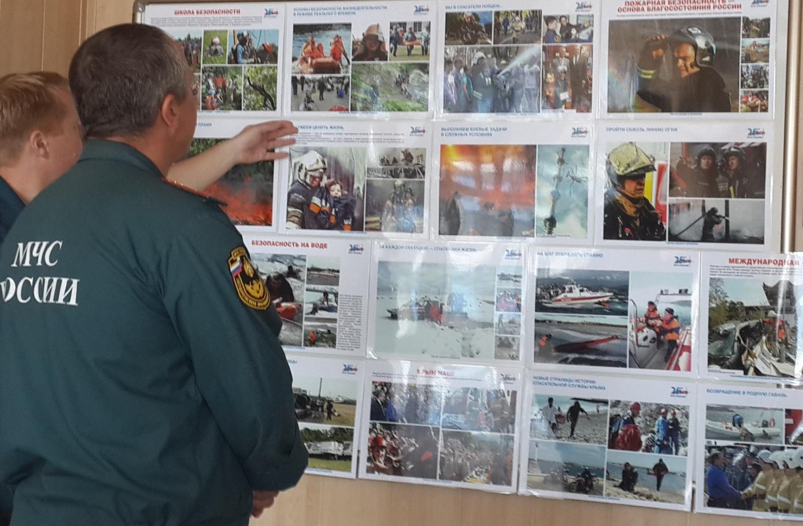 """Фотовыставка """"Мы первыми приходим на помощь и служим людям"""""""
