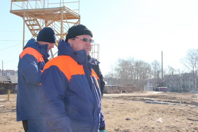 Будущие спасатели учатся спасать людей из ледяной воды
