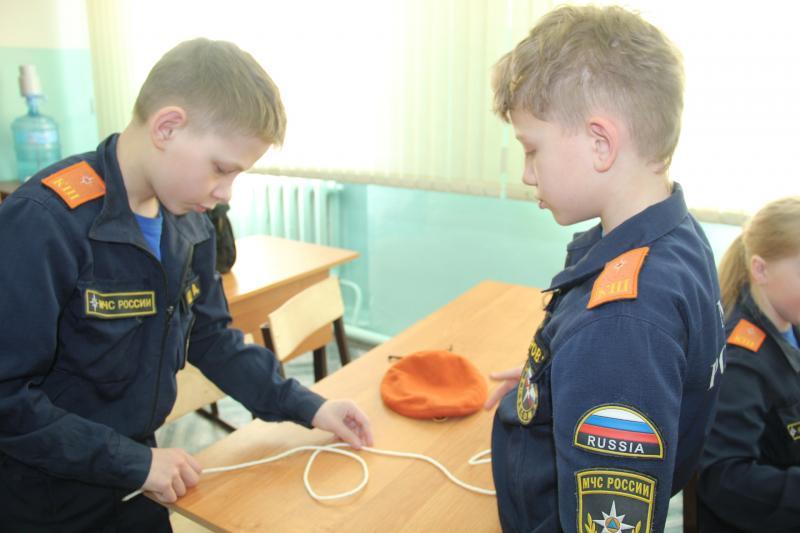 Инспекторы ГИМС обучают кадетов техники безопасности на льду