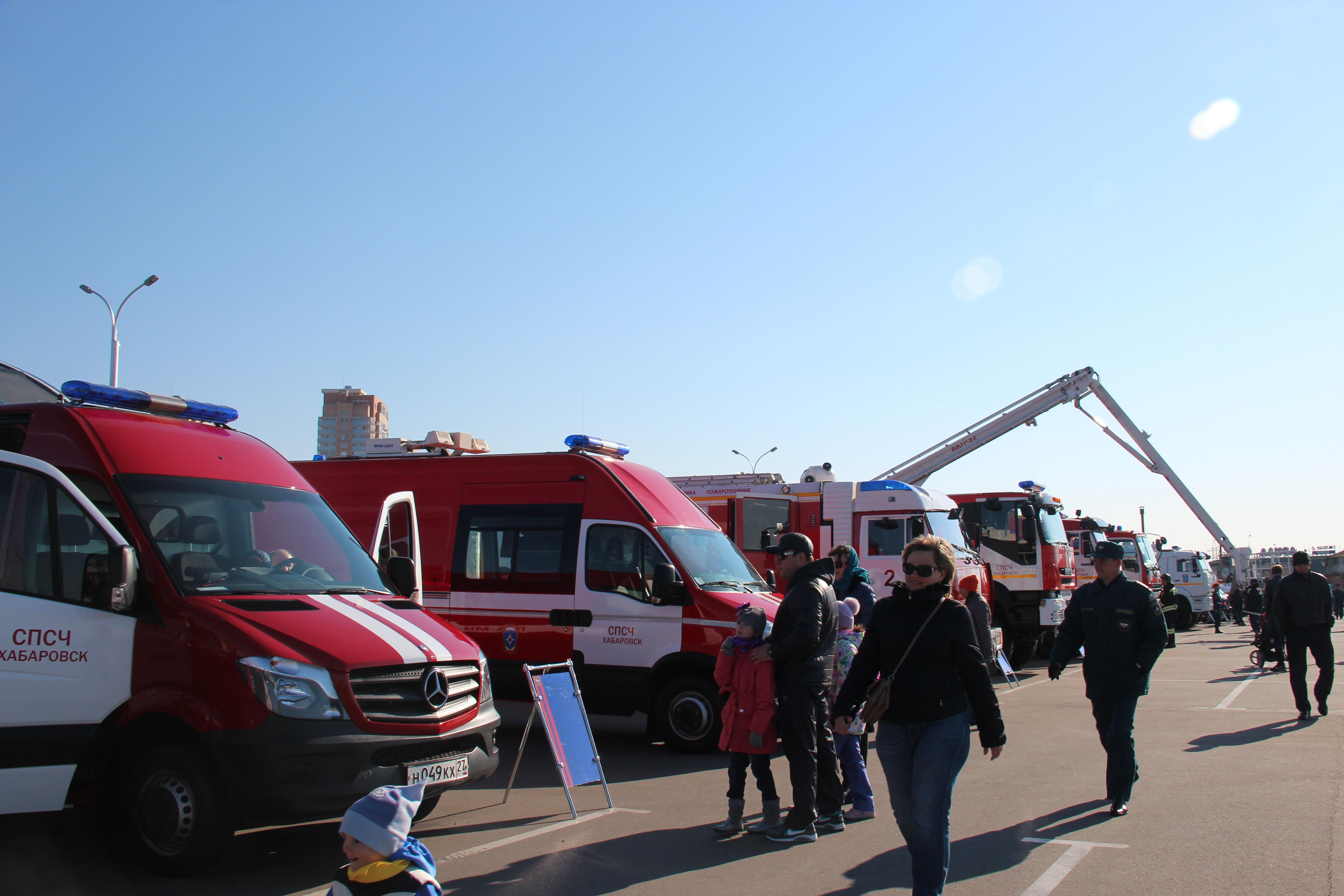 """Выставка современных образцов техники и пожарно-спасательного оборудования на площади ледового дворца """"Арена-Ерофей"""" в городе Хабаровске"""