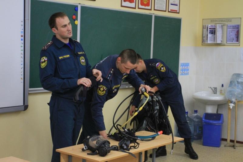 Крымские спасатели-водолазы в гостях у кадетов МЧС России