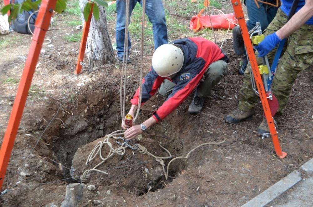 Специалисты МЧС обследовали обвалившийся участок газона в районе площади Ушакова
