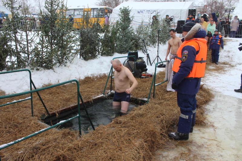 Сотрудники МЧС России обеспечивают безопасность в период проведения крещенских купаний (19 января 2020 года)