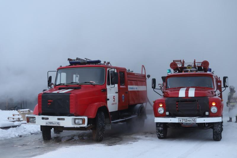 Пожарные ликвидируют последствия возгорания автомобиля на трассе в Топкинском районе