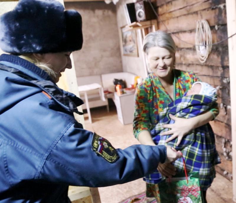 В Туве сотрудники МЧС России подарили пожарные извещатели семьям, в которых дети пострадали от пожаров.