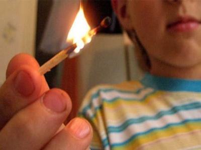 Взрослые! Не допускайте шалости детей с огнем!