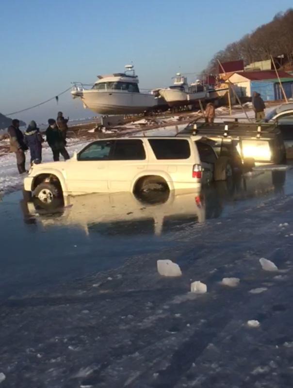Спасатели выехали на место провала автомобилей в бухте Воевода острова Русский