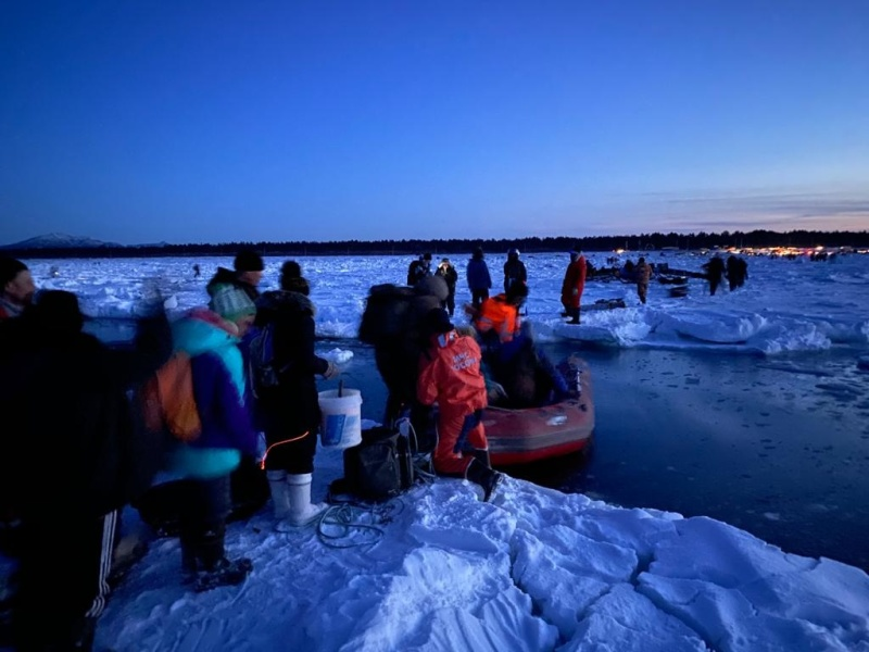 Rescuers evacuated 536 amateur fishermen from the broken ice floe