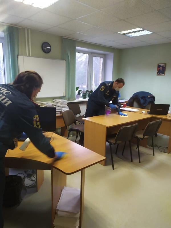 В Сосновом Бору сотрудники МЧС России продолжают дезинфицировать помещения