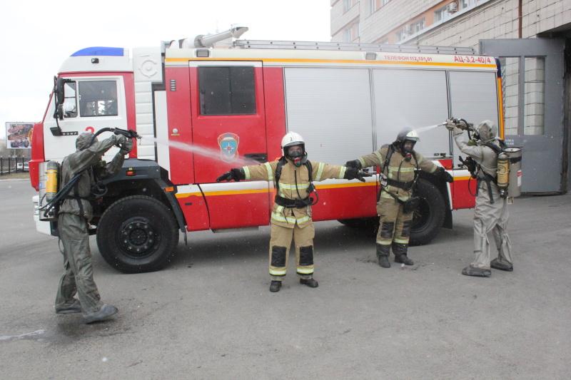 Пожарные Федеральной противопожарной службы проходят дезинфекцию после каждого выезда на пожар