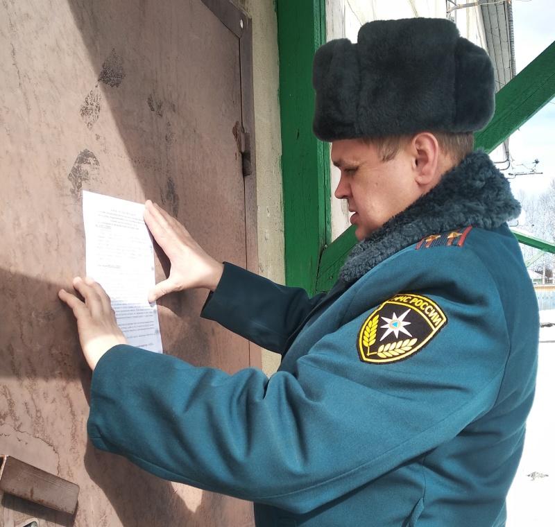 Сотрудники МЧС России ведут профилактическую работу по пожарной безопасности