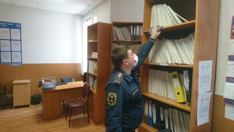 В Лужском районе сотрудники МЧС России продолжают дезинфицировать свои рабочие помещения