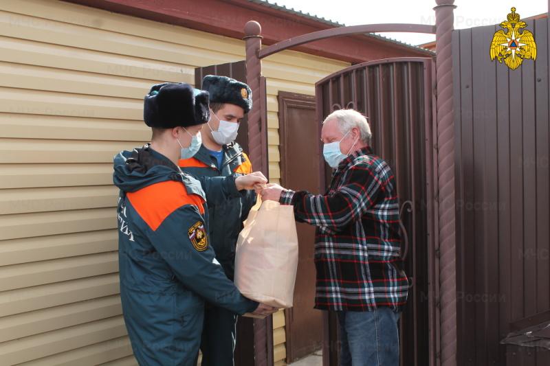 Сотрудники МЧС России оказывают помощь ветеранам ведомства в период самоизоляции