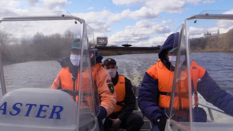 Сотрудники ГИМС и полиции провели совместный профилактический рейд по реке Клязьме в пределах города Владимира и напомнили гражданам о режиме полной самоизоляции (видео)