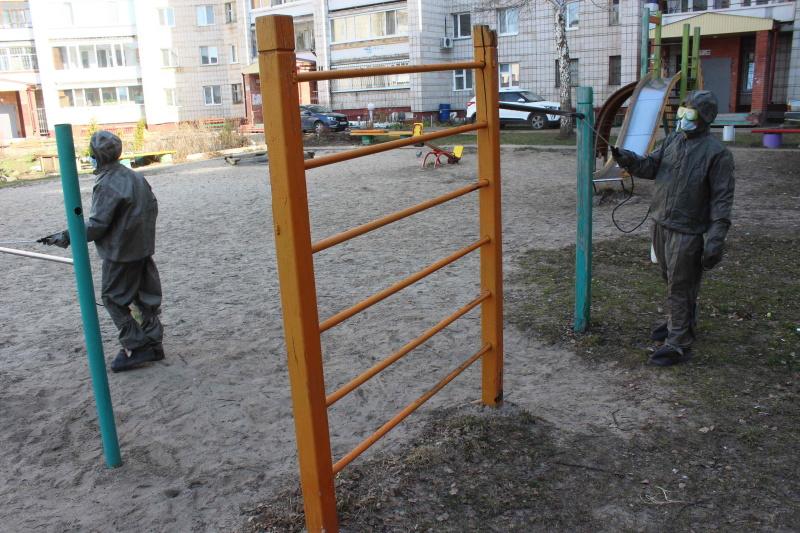Сотрудники МЧС России проводят дезинфекцию жилых микрорайонов
