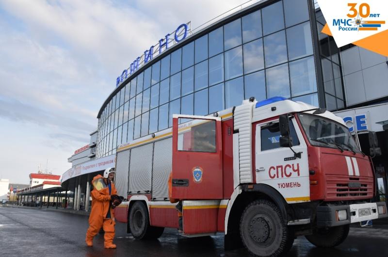 В Тюмени сотрудники МЧС провели дезинфекцию аэропорта Рощино