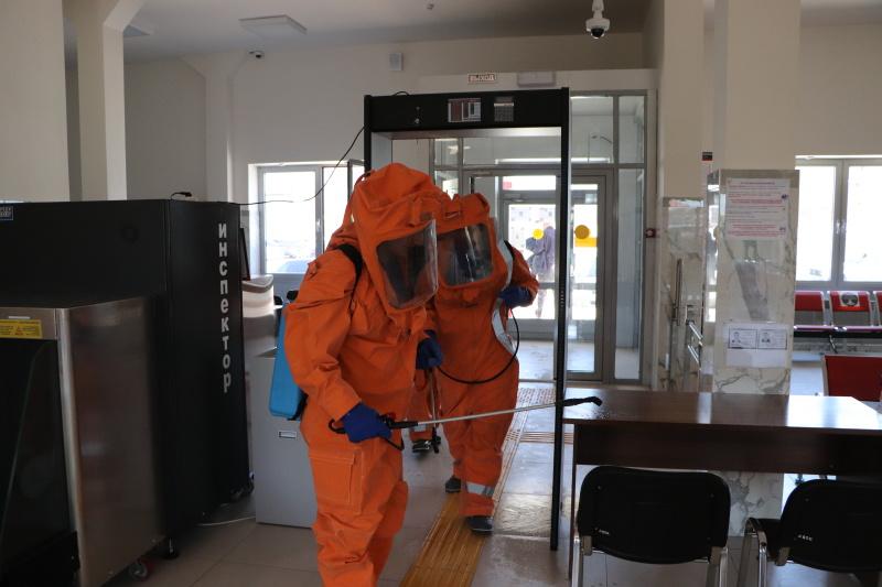 На ЖД-вокзале Грозного сотрудниками МЧС проведена дезинфекция (видео)