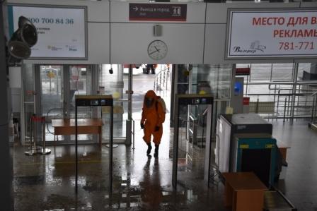 В Тюмени сотрудники МЧС провели дезинфекцию железнодорожного вокзала