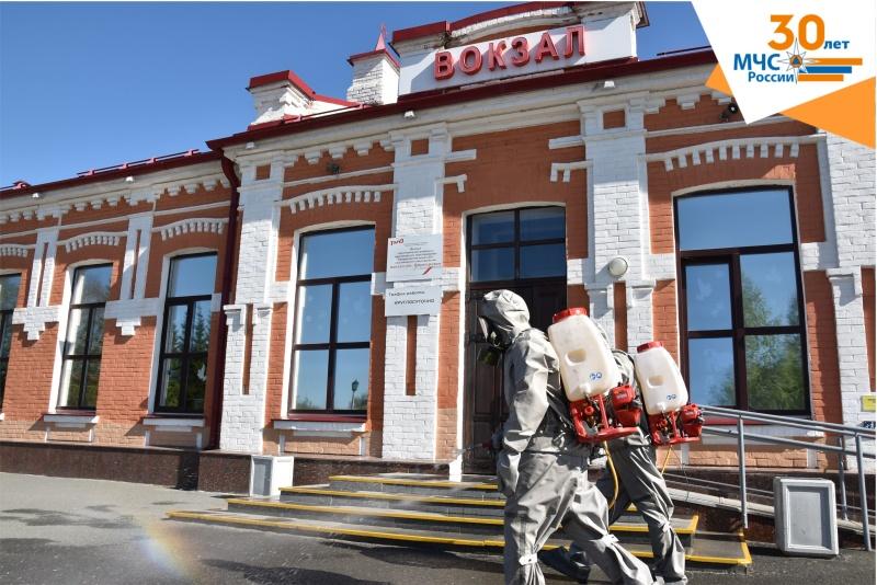 Сотрудники МЧС провели дезинфекцию железнодорожного вокзала в городе Ялуторовске