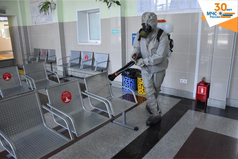 Сотрудники МЧС провели дезинфекцию железнодорожного вокзала в Заводоуковске