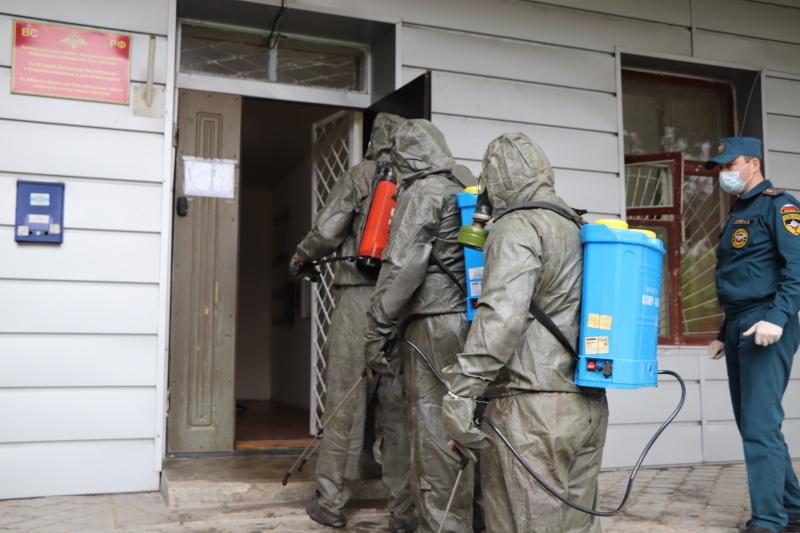 Сотрудники МЧС продолжают работу по дезинфекции подразделений военкомата