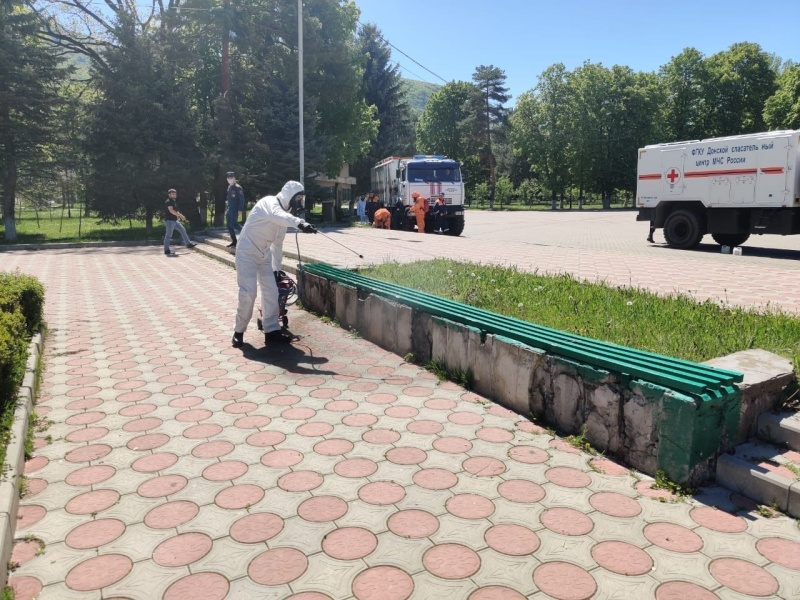 Сотрудники МЧС продолжают проводить дезинфекцию объектов в городах и районах КЧР