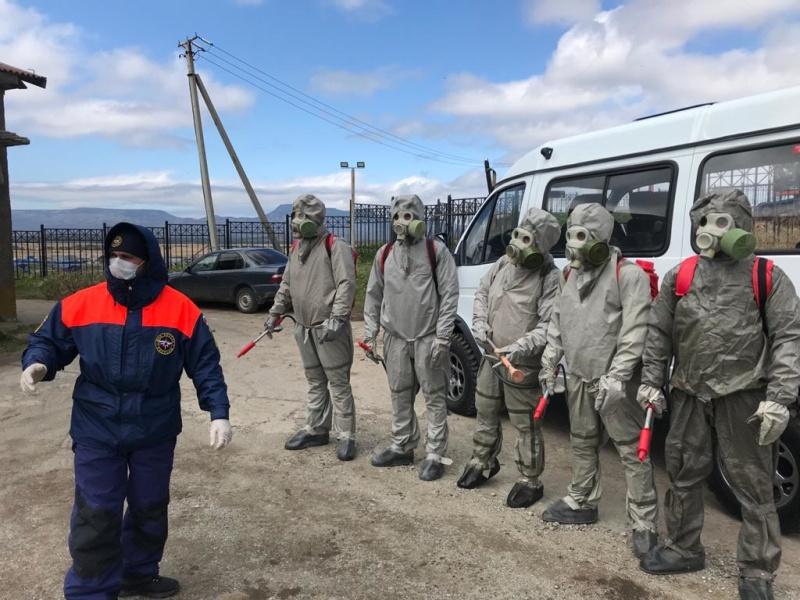 Спасатели МЧС России провели дезинфекционную обработку медицинского учреждения в Южно-Курильске