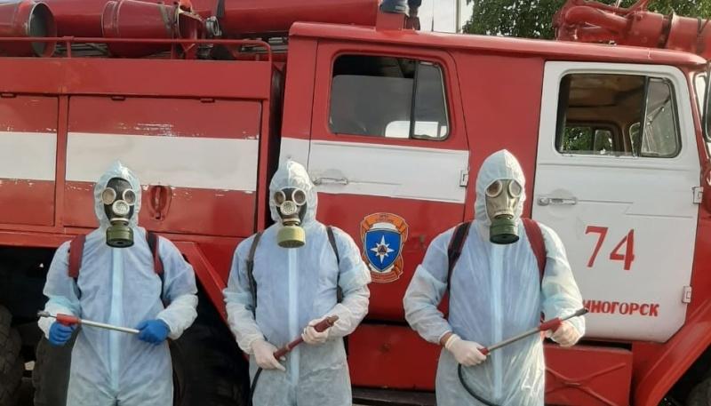 Сотрудники 16 пожарно-спасательного отряда федеральной противопожарной службы продолжают вести санитарную обработку объектов в городе Змеиногорске