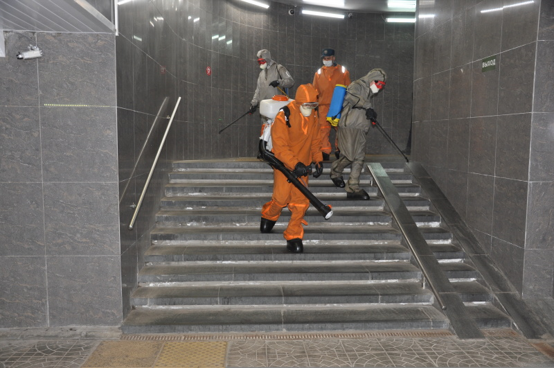 Сотрудники Невского спасательного центра МЧС России провели дезинфекцию железнодорожного вокзала в Выборге