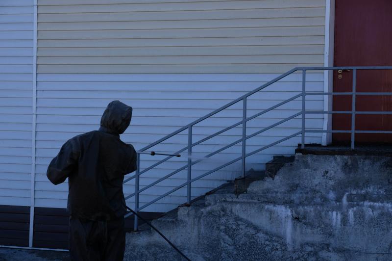 На Камчатке спасатели продолжают оказывать помощь в дезинфекции социально-значимых объектов