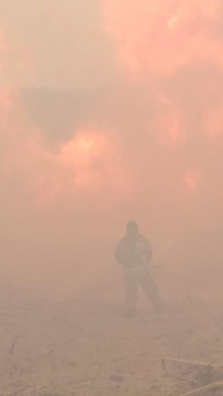 Сотрудники Госпожнадзора МЧС России устанавливают причины возгорания отходов деревообработки в Амурском районе
