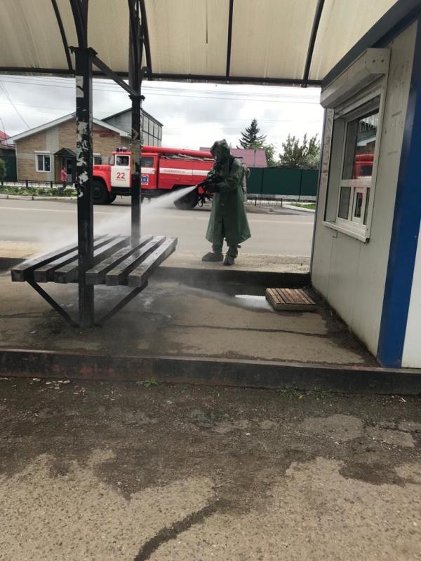 В Арсеньеве сотрудники МЧС России проводят обработку остановок общественного транспорта